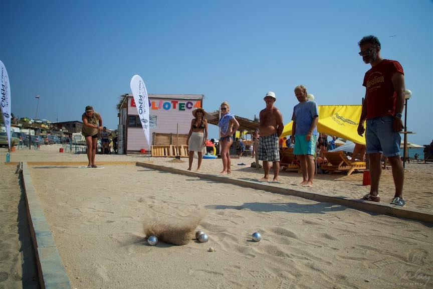 30-primul-Campionat-Petanque-bile-otel-nisip-zburand-lovitura-plaja-de-carte-Vama-Veche_Fotografie-Aurel-Virlan