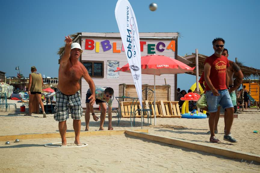 35-primul-Campionat-Petanque-bile-frantuzesc-otel-plaja-de-carte-Vama-Veche_Fotografie-Aurel-Virlan