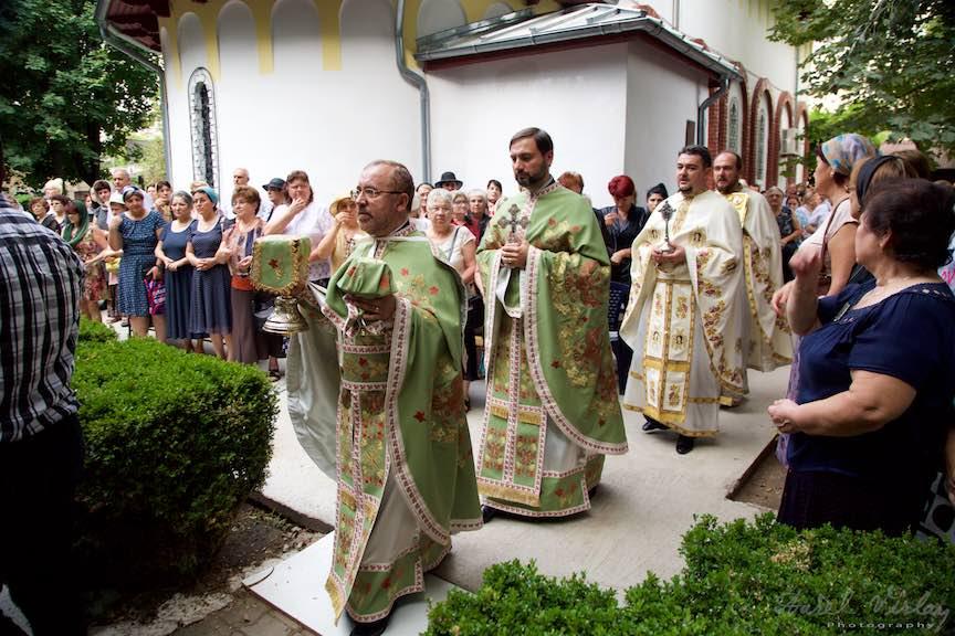 36-Scoaterea-Sfintelor-slujba-aer-liber-biserica-Aparatorii-Patriei-2-Sfantul-Ambrozie_Foto-AurelVirlan