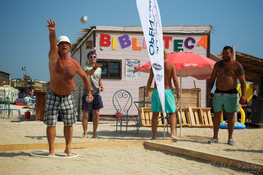37-Campionat-Petanque-strategie-tehnica-aruncare-bile-otel-plaja-de-carte-Vama-Veche_Fotografie-Aurel-Virlan