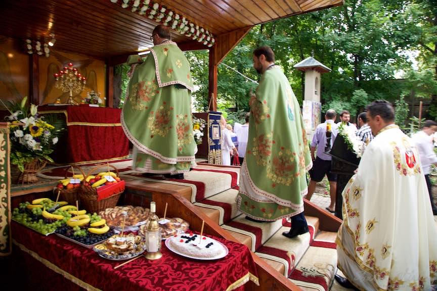 37-Scoaterea-Sfintelor-din-biserica-Aparatorii-Patriei-2-Sfantul-Ambrozie_Foto-AurelVirlan