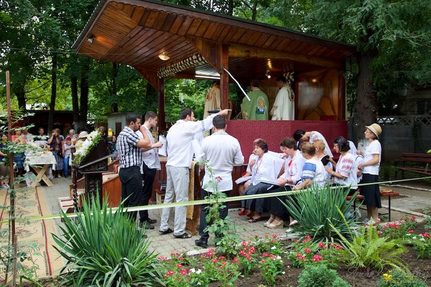 39-Slujba-in-curte-corul-bisericii-Aparatorii-Patriei-2-Sfantul-Ambrozie_Foto-AurelVirlan