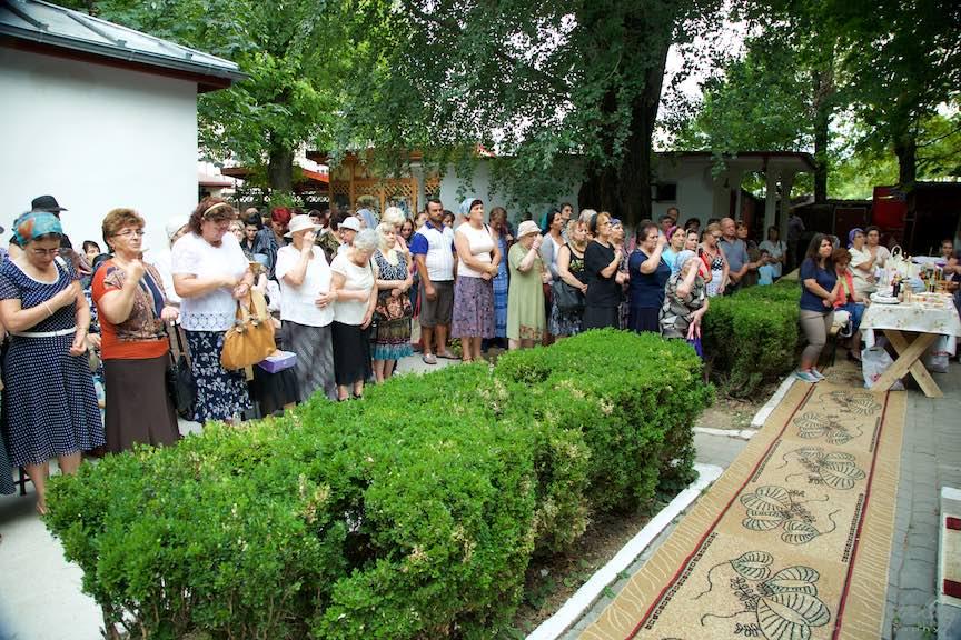 41-Slujba-curte-biserica-Aparatorii-Patriei-2-Sfantul-Ambrozie_Foto-AurelVirlan