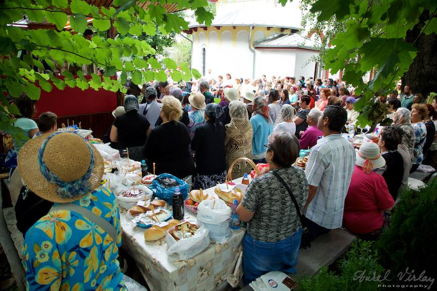 42-Slujba-curte-biserica-Aparatorii-Patriei-2-Sfantul-Ambrozie_Foto-AurelVirlan