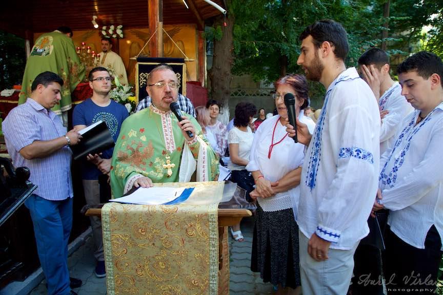 60-Corul-bisericesc-cu-preotul-Mircea-Uta-curte-biserica-Aparatorii-Patriei-2-Sfantul-Ambrozie_Foto-AurelVirlan