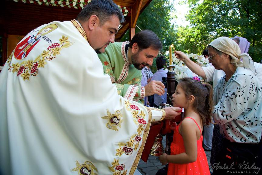 61-Impartasania-biserica-Aparatorii-Patriei-2-Sfantul-Ambrozie_Foto-AurelVirlan