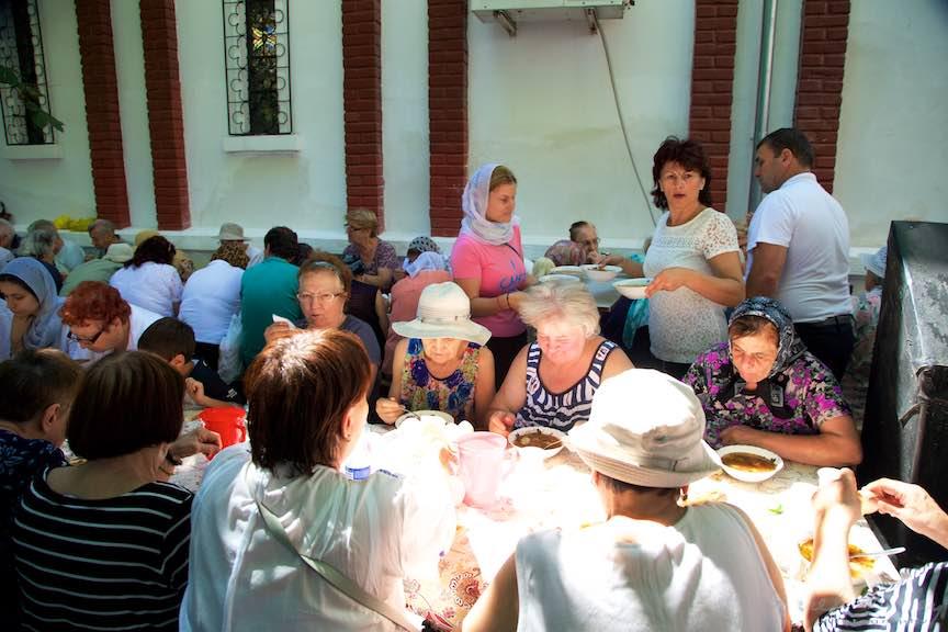 69-masa-curte-hramul-bisericii-Aparatorii-Patriei-2-Sfantul-Ambrozie_Foto-AurelVirlan