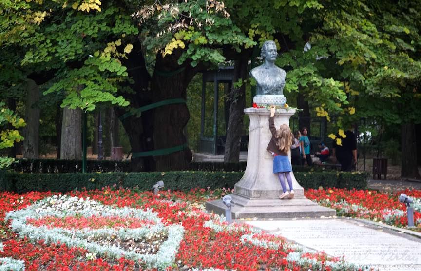 39-bustul-si-teiul-lui-mihai-eminescu-parcul-copou-iasi-romania_fotograf-aurel-virlan