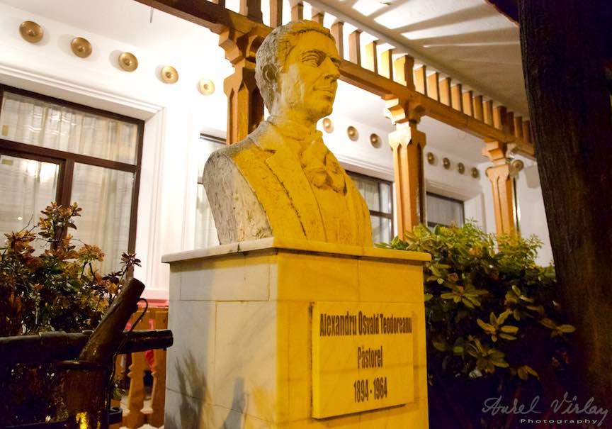 55-statuia-pastorel-teodoreanu-restaurantul-bolta-rece-iasi-romania_fotograf-aurel-virlan
