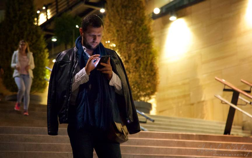 56-man-in-black-butonand-telefonul-mobil-iasi-romania_fotograf-aurel-virlan