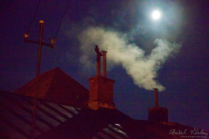 03-sinaia-luna-plina-noapte-cosuri-fum-umbre-acoperis_foto-aurelvirlan_emails2