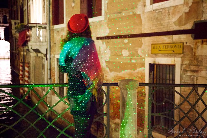 18a-impresii-palarie-rosie-laser-verde-venice-italy_fotograful_aurel-virlan-webemails71