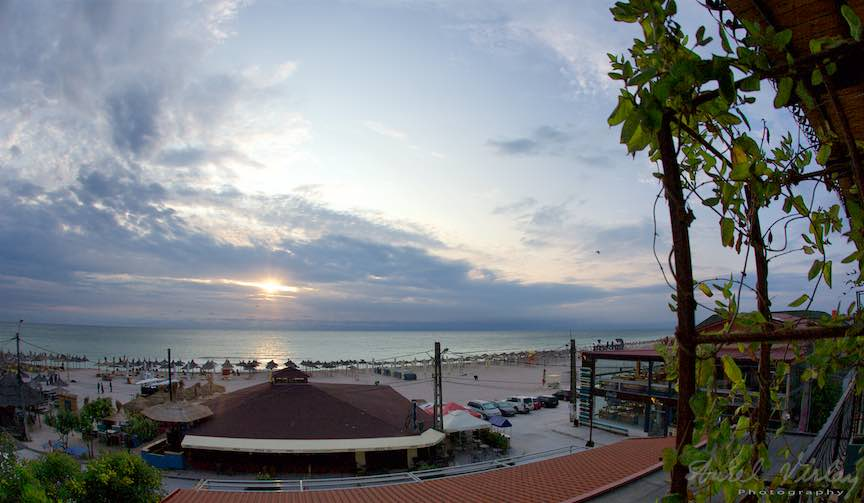 Panoramic view asupra plajei Vamii Vechi la rasarit de soare.