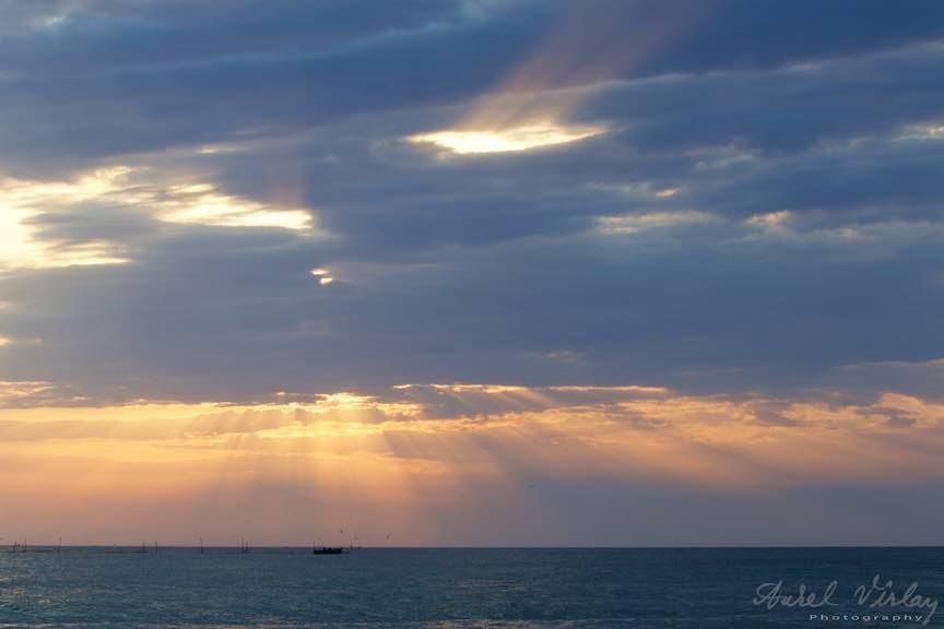 Fotografie despre rasarit: Soarele razbate in raze rebele prin cerul ca o acuarela!