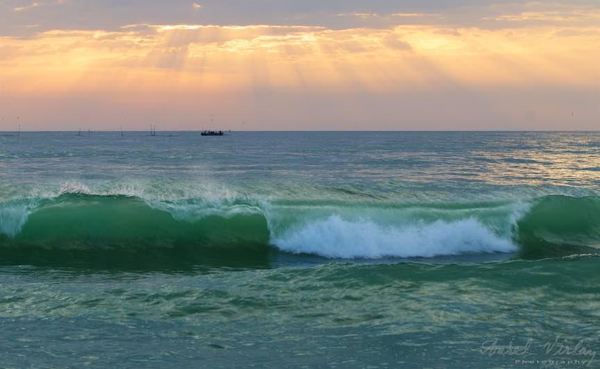 Fotografie despre valuri intr-un subtil complement de culoare si miscare...